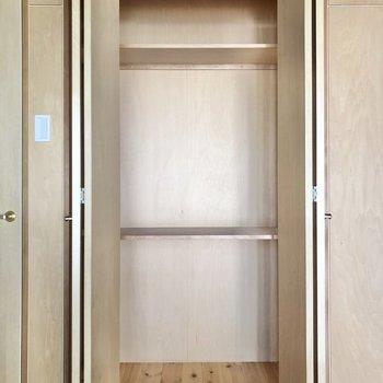 【洋室8帖】左側は棚付きのクローゼット、