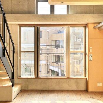 【LDK】ダイニングテーブルを中央に置いても、壁に寄せても光を楽しめます。