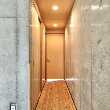 廊下の突き当りにあるもう1つの洋室へ。