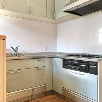 【LDK】キッチンはL字型で収納たっぷり。