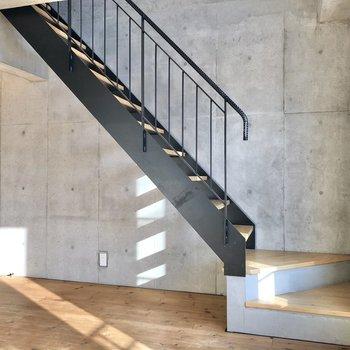 【LDK】手すりも付いていて上りやすい階段です。