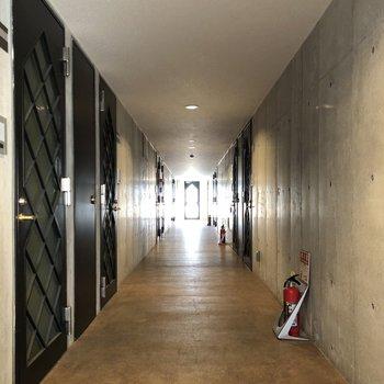 落ち着いた廊下が続きます。