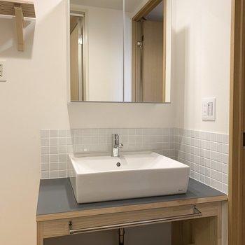 洗面台の鏡は収納にもなってますよ!※写真は似た間取りの別部屋です