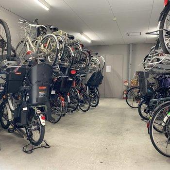 自転車も屋根付きで安心です。