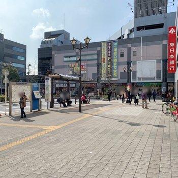 反対側の出口にもたくさんのお店があります。