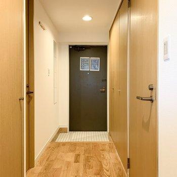 玄関廊下の奥に注目!白く爽やかな玄関タイル!※写真は似た間取りの別部屋です