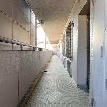 共用廊下もゆったりとしています。