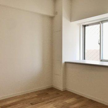 【寝室】窓際にはカウンターが。