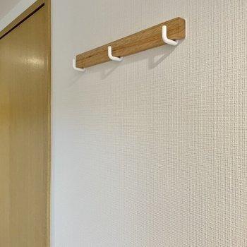 鍵や帽子などは壁のフックへ。