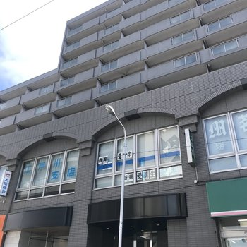 1階にお店が入ったマンションの3階です。