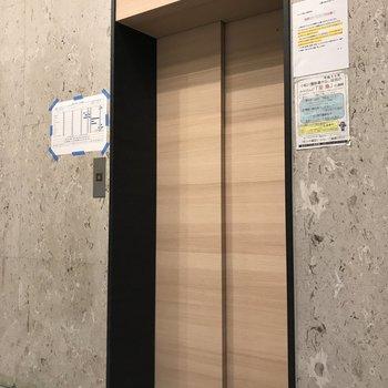 エレベーターでお部屋まで。※写真は工事中のものです