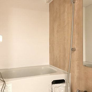 木目調ボードのお風呂場。※写真は工事途中のものです