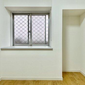 【洋室】広さは約4帖。くぼみにはラックを置いても良さそうです。