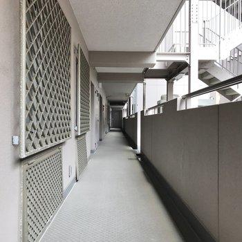 共用部は廊下が広くて綺麗。