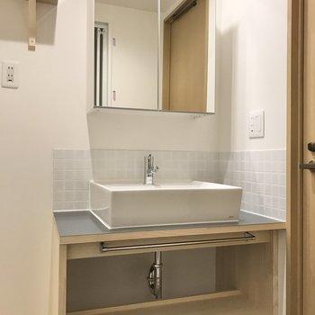 洗面台の鏡は収納にもなっています。
