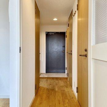 廊下は玄関まで一直線。