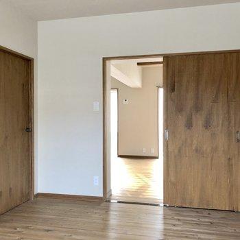 左の扉からは廊下へ。寝室に良さそうです!(※写真は清掃前です)