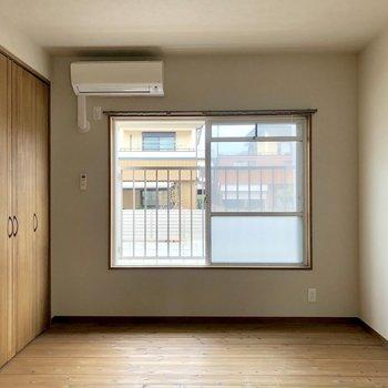 リビング横の5.8帖の洋室。クローゼットまでしっかり木の質感たまりません(※写真は清掃前です)