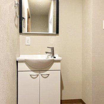 孤立した鏡を含め、デザインが可愛い洗面台。(※写真は清掃前です)