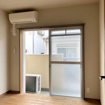 そして、4帖の洋室。各洋室にエアコンついているのが嬉しいですね(※写真は清掃前です)
