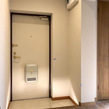 玄関は足元光る!(笑)シューズボックスは右にちらりと見える扉のそれです!ちゃんとあるよ〜(※写真は清掃前です)