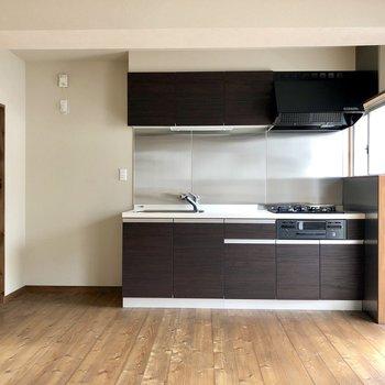 大きめのキッチンもシックな色で統一感+アクセントに。(※写真は清掃前です)