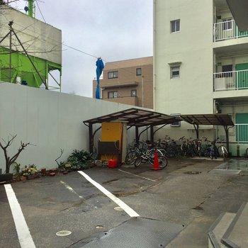 屋根付きの駐輪場は建物の奥にありました。
