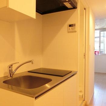 キッチンと居室※写真は2階の同間取り別部屋のものです