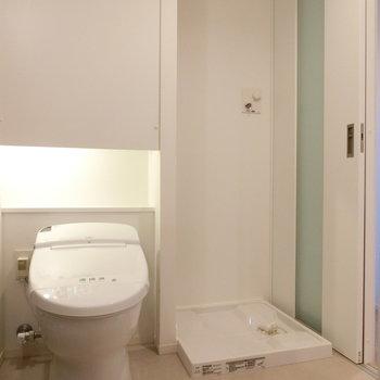 トイレと室内洗濯機置場※写真は2階の同間取り別部屋のものです
