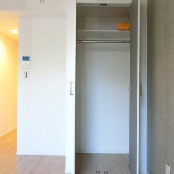 クローゼット開けると※写真は2階の同間取り別部屋のものです