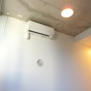 天井はビンテージ感のあるコンクリート壁※写真は2階の同間取り別部屋のものです