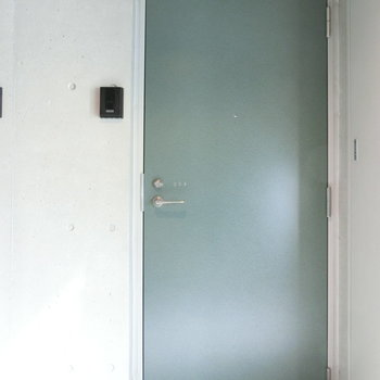 淡いグリーンの玄関扉※写真は2階の同間取り別部屋のものです