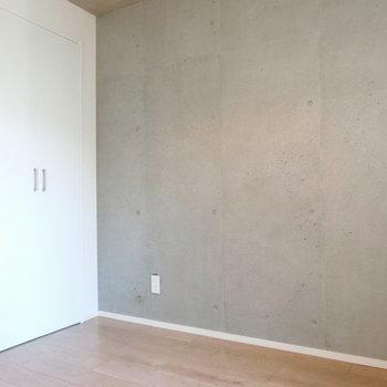 スマートなコンクリート壁※写真は2階の同間取り別部屋のものです