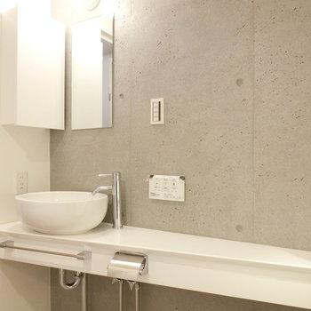 三角形の洗面台の形※写真は2階の同間取り別部屋のものです