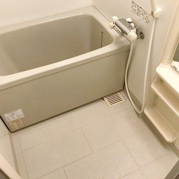 お風呂はサーモ水栓で温度調節簡単です。(※写真は2階の同間取り別部屋のものです)
