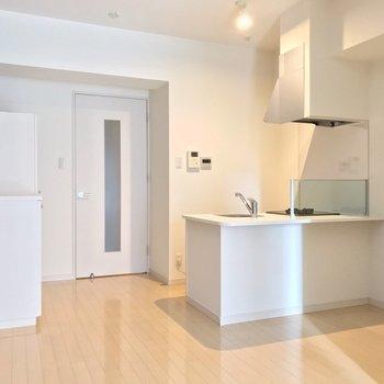 白とブラウンの空間に浮かぶ、対面式キッチン。(※写真は2階の同間取り別部屋のものです)