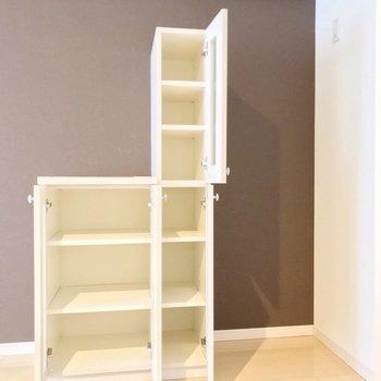冷蔵庫置場は右側に。カップボードにお気に入りの食器を飾って。(※写真は2階の同間取り別部屋のものです)