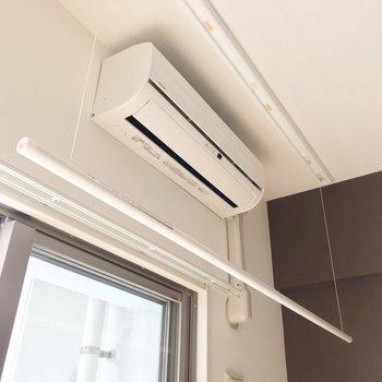 天井を見ると室内干しできるツールも。エアコンの真下なので除湿も簡単。(※写真は2階の同間取り別部屋のものです)