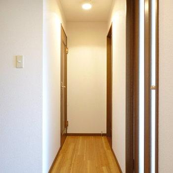 廊下に戻って奥側に2つの洋室。まずは右側から。
