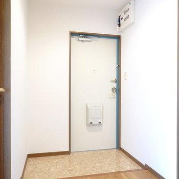 スペースたっぷりの玄関。靴箱はありませんが追加で置ける広さです。