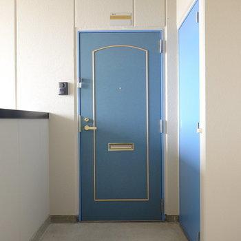コバルトブルーが可愛らしい玄関ドア。