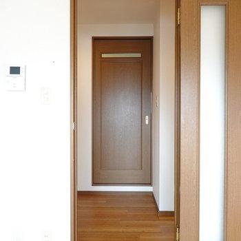 廊下に出ると正面に脱衣所の扉。水回りは全てここに集まっています。