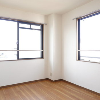 左側のお部屋も二面採光。どちらのお部屋も同じ感覚で過ごせます。