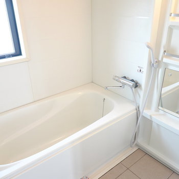 ふたりでも入れそうな大きな浴槽◎棚もスタイリッシュで素敵!