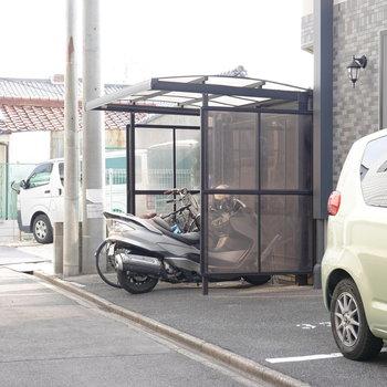 駐輪場は道路側にも。