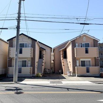 3棟かわいく並んだ2階建てアパートの真ん中のお部屋です。