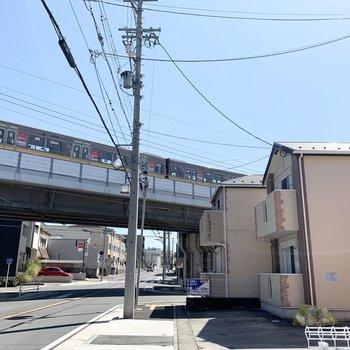 アパートの目の前を地下鉄が走っていきます。