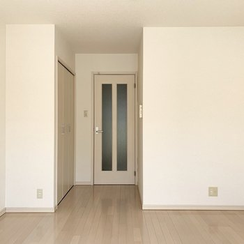 洋室は7.4帖。明るいカラーの内装で広く感じますね。