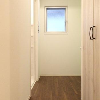 脱衣所は広々(※写真は1階の反転間取りモデルルームのものです)