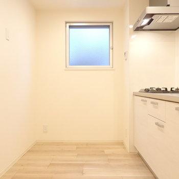 キッチンの後ろのスペースに食器などを置いて。(※写真は1階の反転間取りモデルルームのものです)